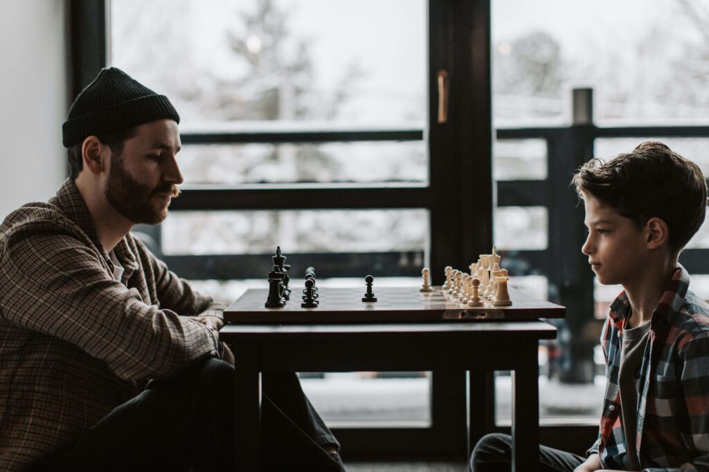 syn_z_ojcem_graja_w_szachy
